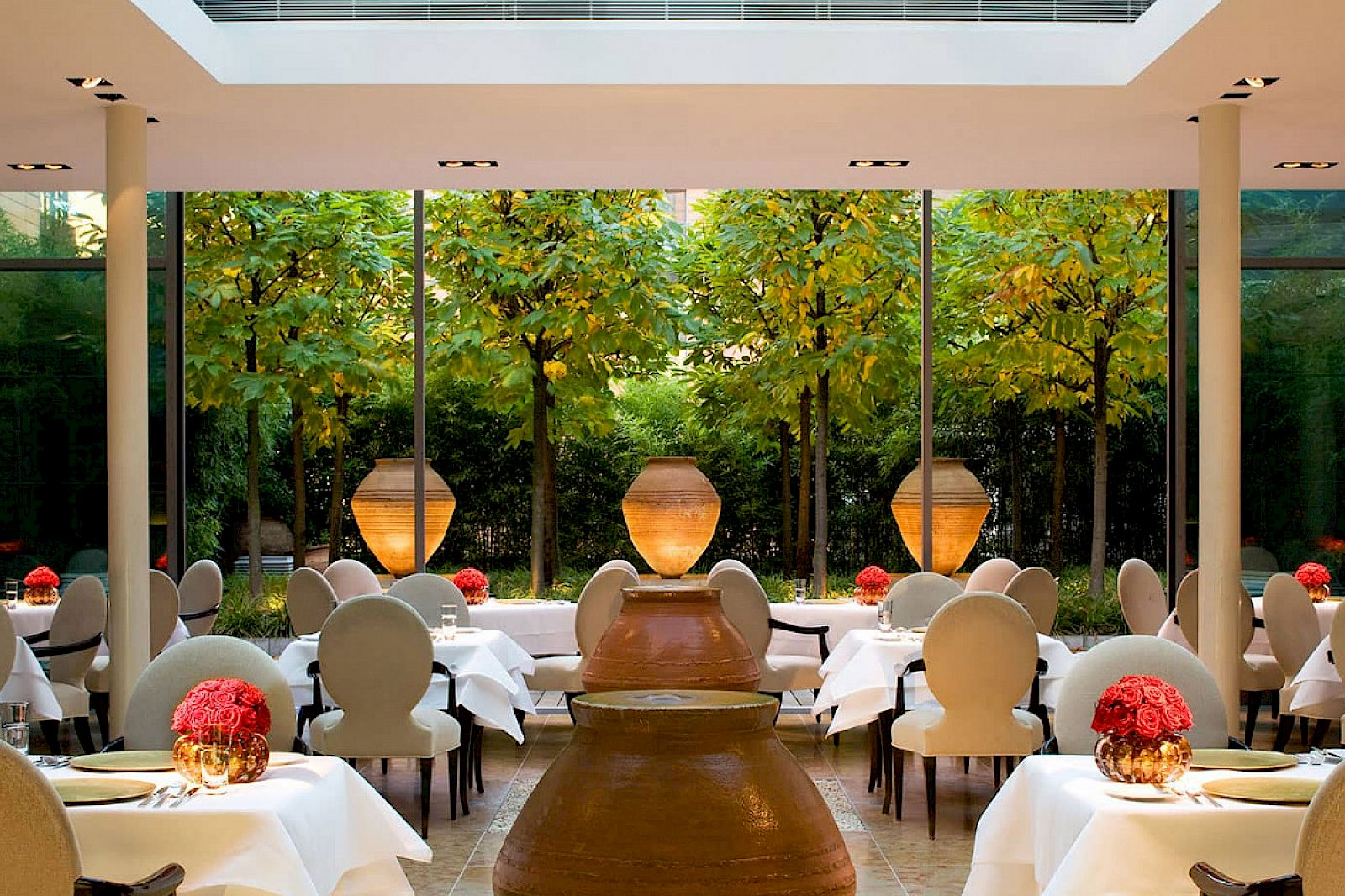 Due to the planting of bamboo all around the 2-star restaurant FACIL, you are far from the hecticness of the capital